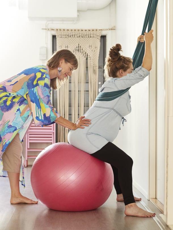 Raskausjoogassa opetellaan muun muassa asentoja, joissa pystyy rentoutumaan synnytyksen aikana ja jotka helpottavat supistuskivun vastaanottamista. Hanna-Mari Nieminen ohjaa Venla Seuria.