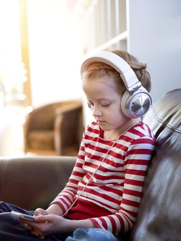 Myös rauhoittumiseen.  Musiikistakin tulee melua, jos sitä kuuntelee liian kovaa. Äänikirja voi olla hyvä rentoutusrutiini iltaisin.