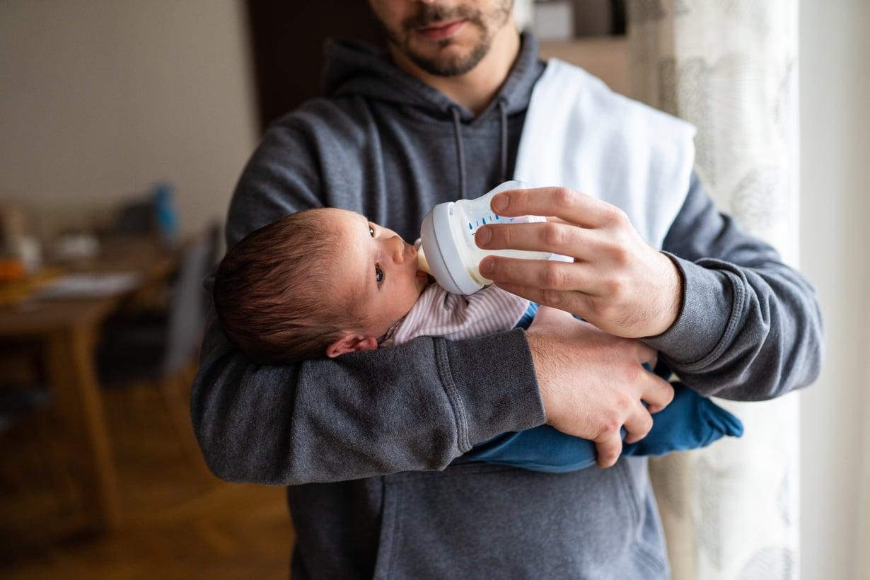 Isän vuoro. Kun vauva syö pullosta, vauvantahtisuus on tärkeää. Pullolla imitoidaan rinnan toimintaa.
