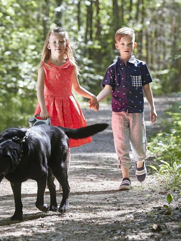 """Edvin ja Jade syntyivät raskausviikolla 27. Kun he olivat vauvoja, Puntti-koira kiiruhti katsomaan heti, kun itkuhälyttimistä kuului pienikin inahdus. Kuva: <span class=""""photographer"""">Juha Salminen</span>"""