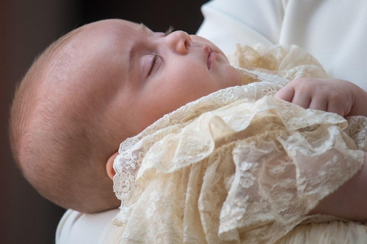Prinssi Louis nukkui äitinsä käsivarsilla perheen saapuessa St. Jamesin kappeliin. Kuva: MVPhotos