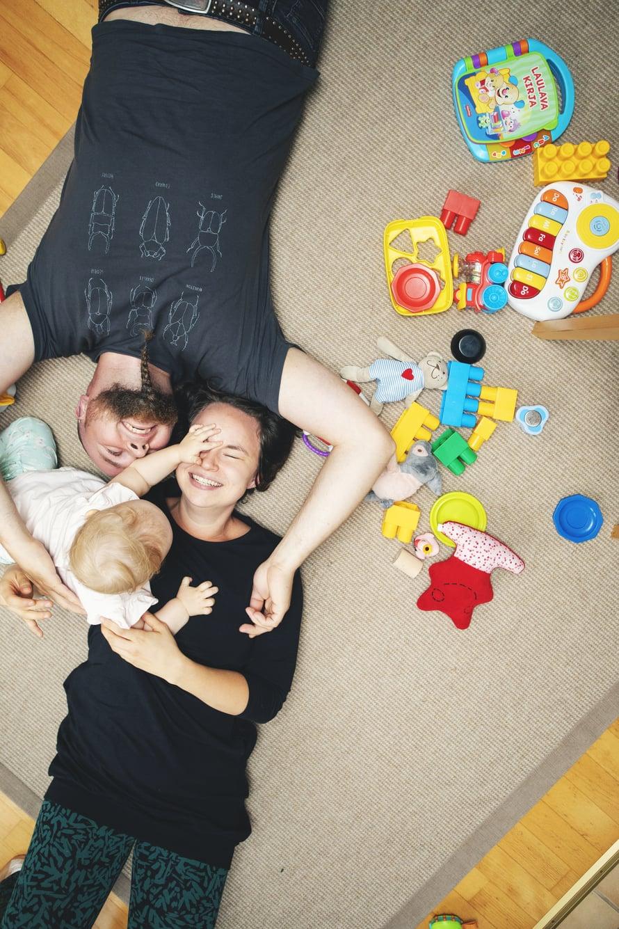 """Vain minun. Hanna-Mari on iloinen,  ettei Hillan tarvitse jakaa  vanhempiensa huomiota. Kuva: <span class=""""photographer"""">Lauri Rotko</span>"""