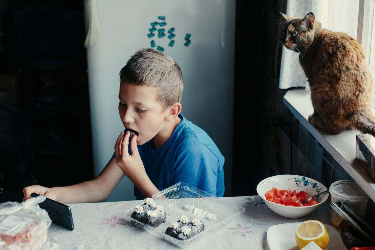 Saako kännykkää käyttää syödessä? Nämä säännöt koskevat koko perhettä.