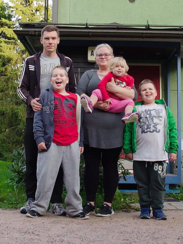 """Savolaisen perheeseen kuuluu Markon ja Heidin lisäksi heidän kolme lastaan. Kuva: <span class=""""photographer"""">AVA </span>"""