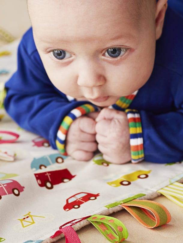 """Itse tehdystä rapistelulelusta on vauvalle iloa pitkään. Ohjeen siihen ja muihin kivoihin vauvalahjoihin löydät osoitteesta vauva.fi/teeite. Kuva: <span class=""""photographer"""">Anna Huovinen</span>"""