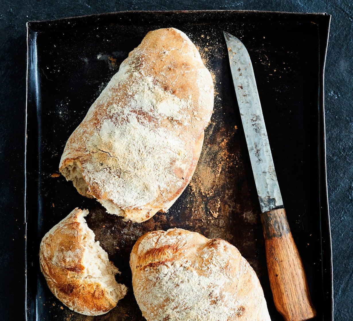 Perinteinen ranskalainen levain leivotaan vaaleasta juuresta eli vehnäjauhoista. Juuren eli villihiivojen ansiosta maku on hapan.