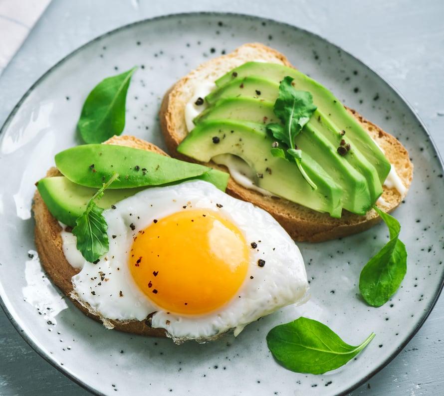 Kunnon aamiaisella on 3 nyrkillistä ruokaa: kokojyvää, kasviksia ja proteiineja.
