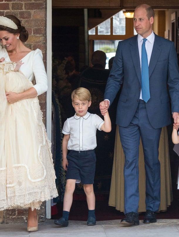 """Cambridgen herttuapari William ja Kate lapsiensa Georgen, 4, Charlotten, 3, sekä Louisin kanssa poistumassa perheen kuopuksen kastetilaisuudesta St. Jamesin kappelista heinäkuussa. Kuva: <span class=""""photographer"""">MVPhotos</span>"""