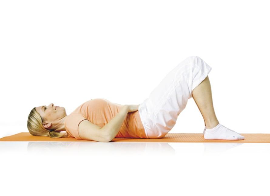 1. Lantion kääntö:  Ole selinmakuulla selkä neutraaliasennossa. Pidä polvet koukussa lantion leveydellä, jalkapohjat tukevasti alustassa. Niska on pitkänä, yläselkä painuu leveänä alustaa vasten. Käsivarret ovat suorina vartalon vieressä tai lantiolla kontrolloimassa liikettä. Hengitä ulos. Vedä samalla lantionpohjan lihaksia ylöspäin ja tiivistä alavatsa vetämällä sitä kohti selkärankaa. Paina alaselkää kiinni alustaan niin, että häntäluun pää nousee siitä irti. Hengitä sisään ja päästä selkä hitaasti takaisin neutraaliasentoon. Toista 5–10 kertaa.  Liike harjoittaa syvää poikittaista vatsalihasta, vinoja syviä vatsalihaksia ja suoraa vatsalihasta.