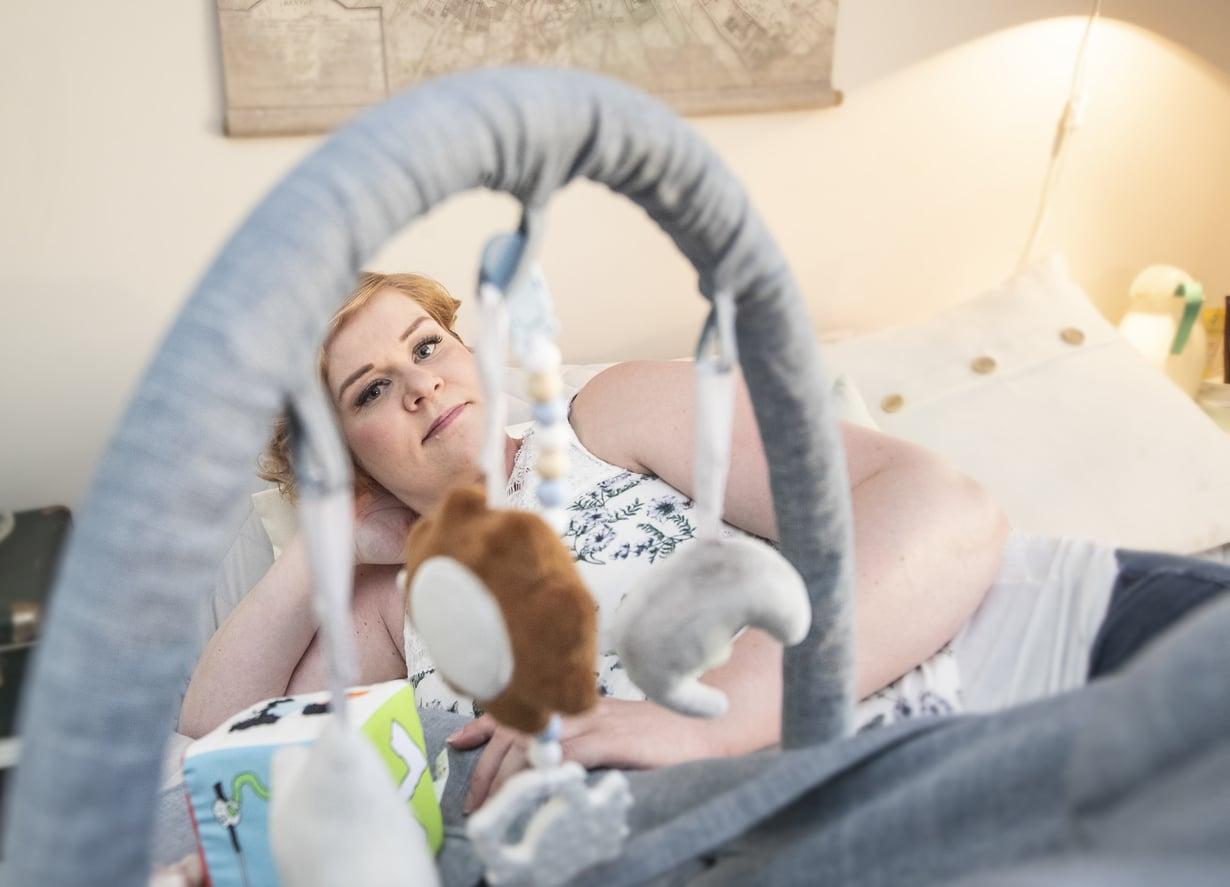 Raskaaksi tulemisen haasteiden jälkeen vauva-aika ei tunnu Sanista vähääkään pelottavalta.
