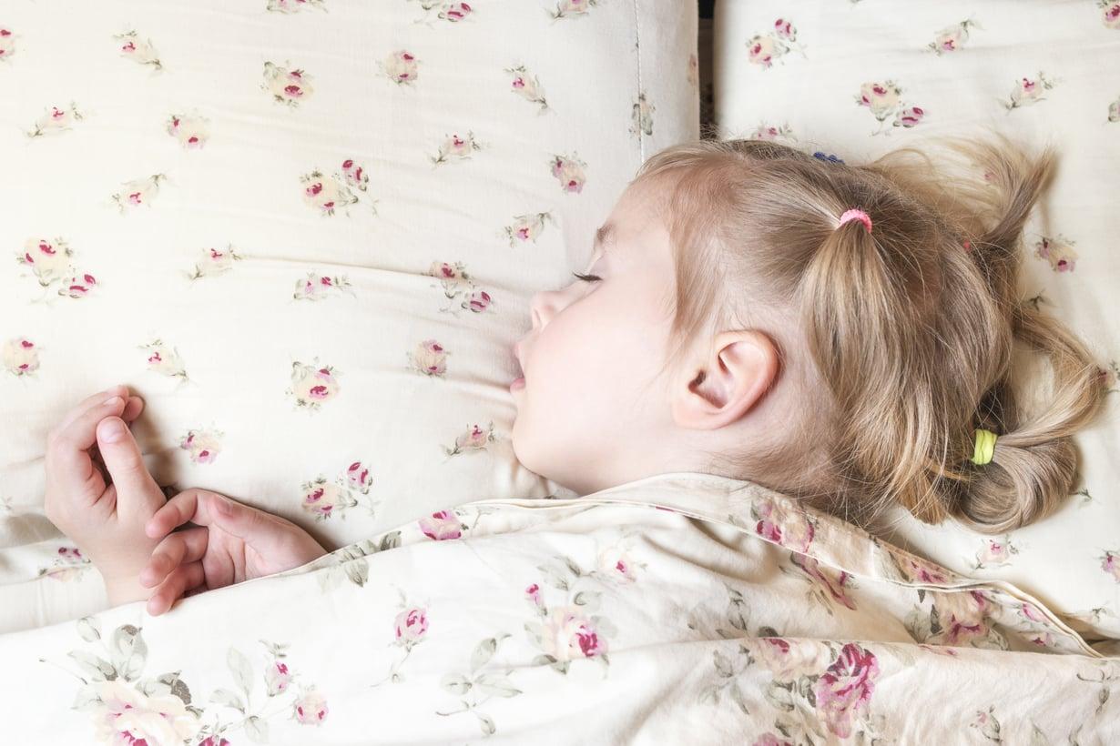 Kouluikäisen lapsen unen tarve on kymmenen tuntia. Vanhemman tehtävä on huolehtia, että lapsi nukkuu riittävästi. Kuva: iStockphotos