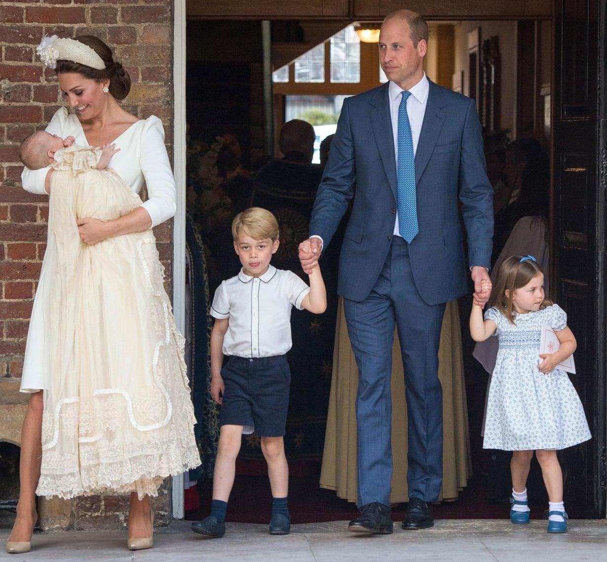 Cambridgen herttuapari William ja Kate lapsiensa Georgen, 4, Charlotten, 3, sekä Louisin kanssa poistumassa perheen kuopuksen kastetilaisuudesta St. Jamesin kappelista heinäkuussa. Kuva: MVPhotos