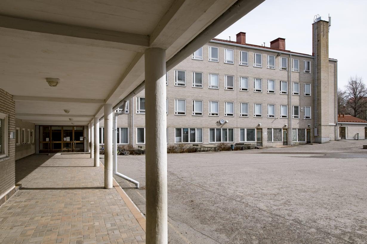 Muun muassa Lauttasaaren ala-asteen koulusta Helsingistä on löytynyt hometta. Opetus kuitenkin jatkuu koulussa vielä toistaiseksi. Kuva: Mika Ranta