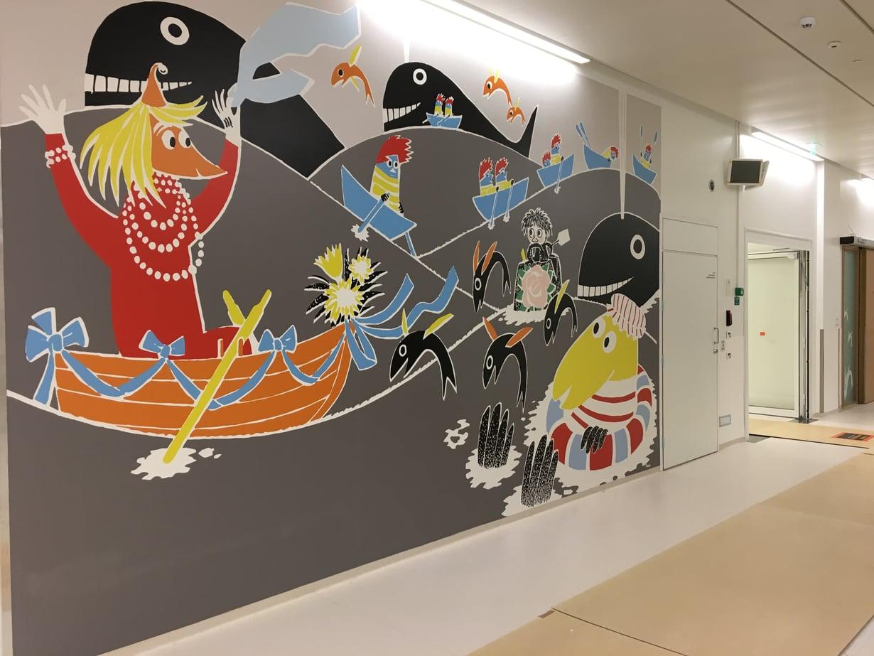 Uuden lastensairaalan käytävillä ja hoitohuoneissa seikkailevat Muumeista tutut hahmot. Kuvat: Sanna Huolman