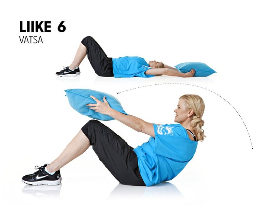 Liike: Selinmakuu, jalat ovat koukussa lattialla. Kädet ovat suorina vartalon yläpuolella, tyyny käsissä. Heilauta kädet ja tyyny eteen kohti polvia rutistaen samalla vatsalihaksia. Pidä rutistus hetken, laske alas ja vie kädet takaisin pään yli. Toista 15–20 kertaa.Muista: Tee rutistus vatsalihaksia käyttämällä. Hengitä ulos, kun nouset ylös ja hengitä sisään, kun laskeudut alas.Vaikutusalueet: Vatsalihakset.