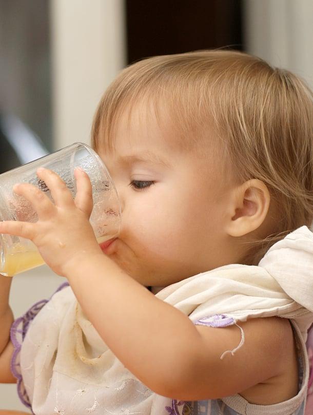 """Hyvin se sujuu! Lasista tai mukista juominen onnistuu alle vuoden ikäiseltäkin, kun hän vain saa harjoitella sitä. Kuva: <span class=""""photographer"""">iStockphoto</span>"""