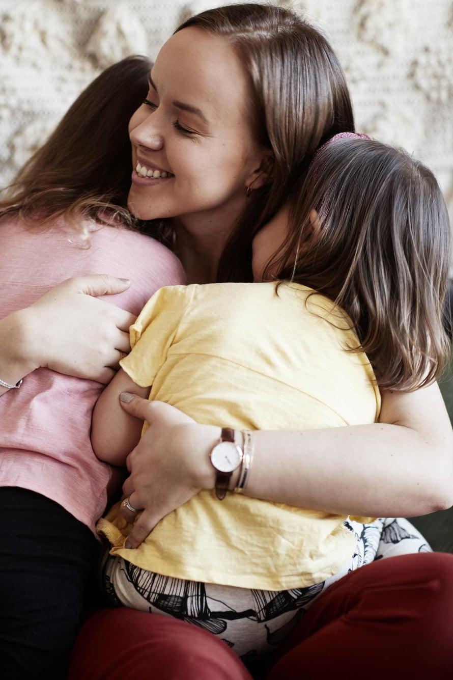 """Sara ja Mikko Parikan esikoinen Matilda syntyi keväällä 2014. Pikkusisko Mimosa syntyi joulukuussa 2015. Tytöillä on ikäeroa vuosi ja yhdeksän kuukautta. Kuva: <span class=""""photographer"""">Panu Pälviä</span>"""
