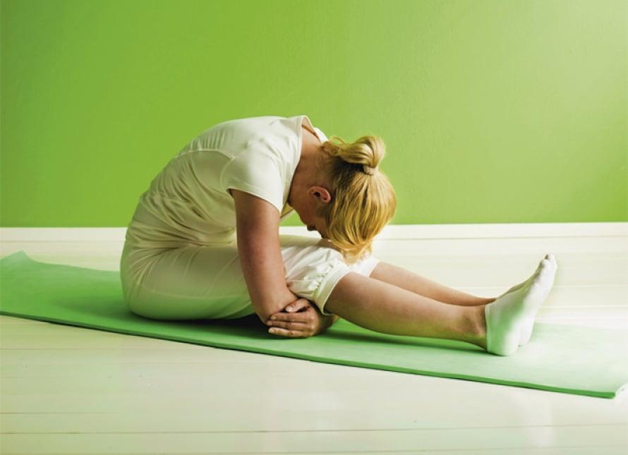 Selän rentoutus: Istu jalat suorina ja laita käsivarret polvien alle. Rentouta jalat, selkä ja niska. Päästä vartalo rennoksi ja anna pään roikkua painavana. Ole tässä asennossa 1–3 minuuttia. Joka uloshengityksellä pyri päästämään vartalo yhä rennommaksi.