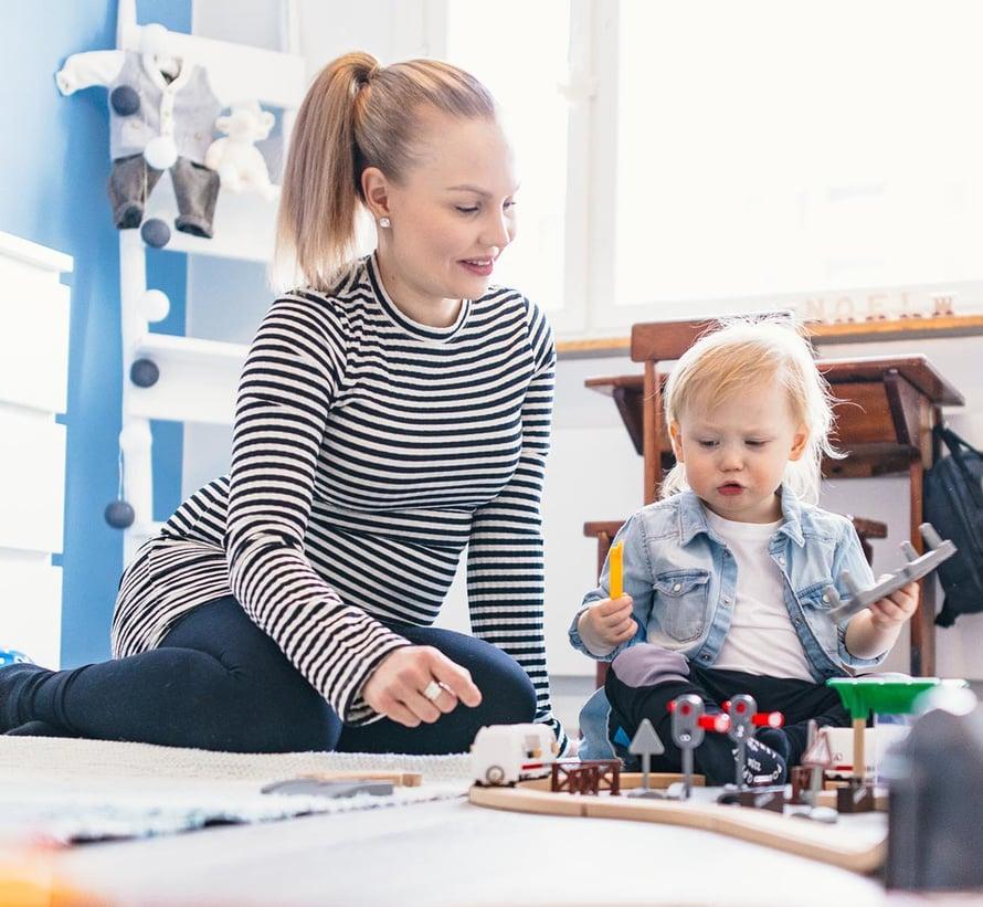 Tiia Ikäheimonen on kotona 2-vuotiaan Noelin kanssa. Heinäkuussa perheeseen odotetaan toista lasta.