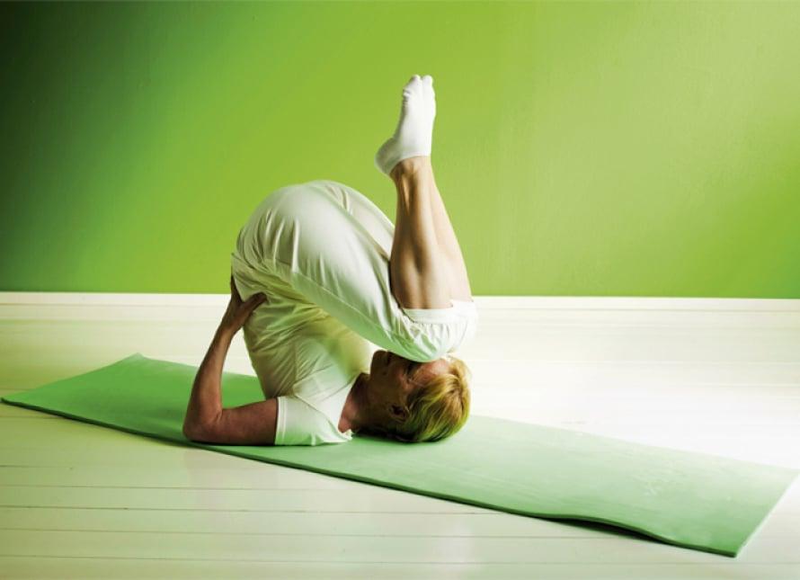 Aura: Vedä selin makuulla jalat koukkuun ja nosta ne koukussa ylös. Tue käsillä selkää. Jos haluat tehdä vaativamman liikkeen, ojenna jalat suoriksi pään yläpuolelle ja vie varpaat lattiaan. Ojenna kädet suoriksi alas, kämmenet lattiaan. Ole tässä asennossa 20–60 sekuntia. Palaa asennosta hitaasti laskeutumalla. Tarvittaessa voit tukea selästä. Toista liike 2–4 kertaa. Muista Vie jalat vain niin pitkälle kuin tuntuu hyvältä.