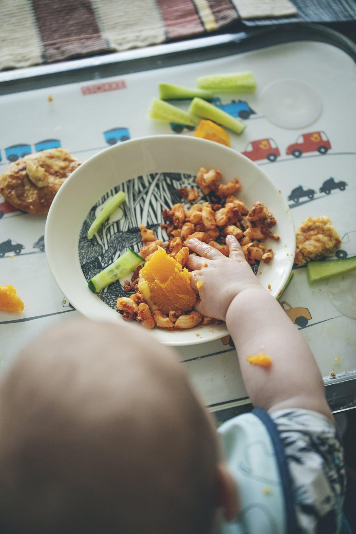 Toisinaan Niko syö puoli tuntia,toisinaan hetken maistelu riittää.  Jääkaapista löytyy ainakurkkua ja kukkakaalia taiparsakaalia vauvalle annettavaksi.