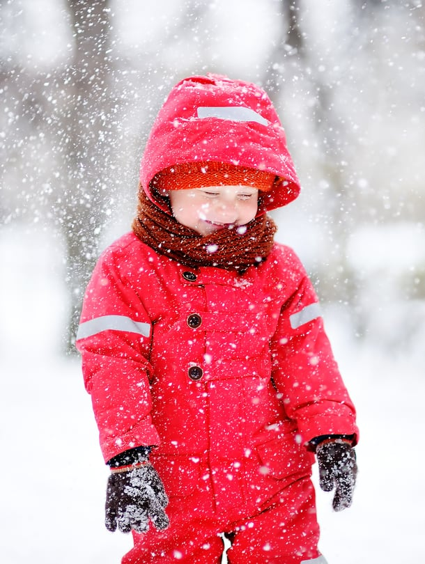 """Jos lapsen niska on lämmin, päähine on säähän sopiva. Kuva: <span class=""""photographer"""">iStockphoto</span>"""