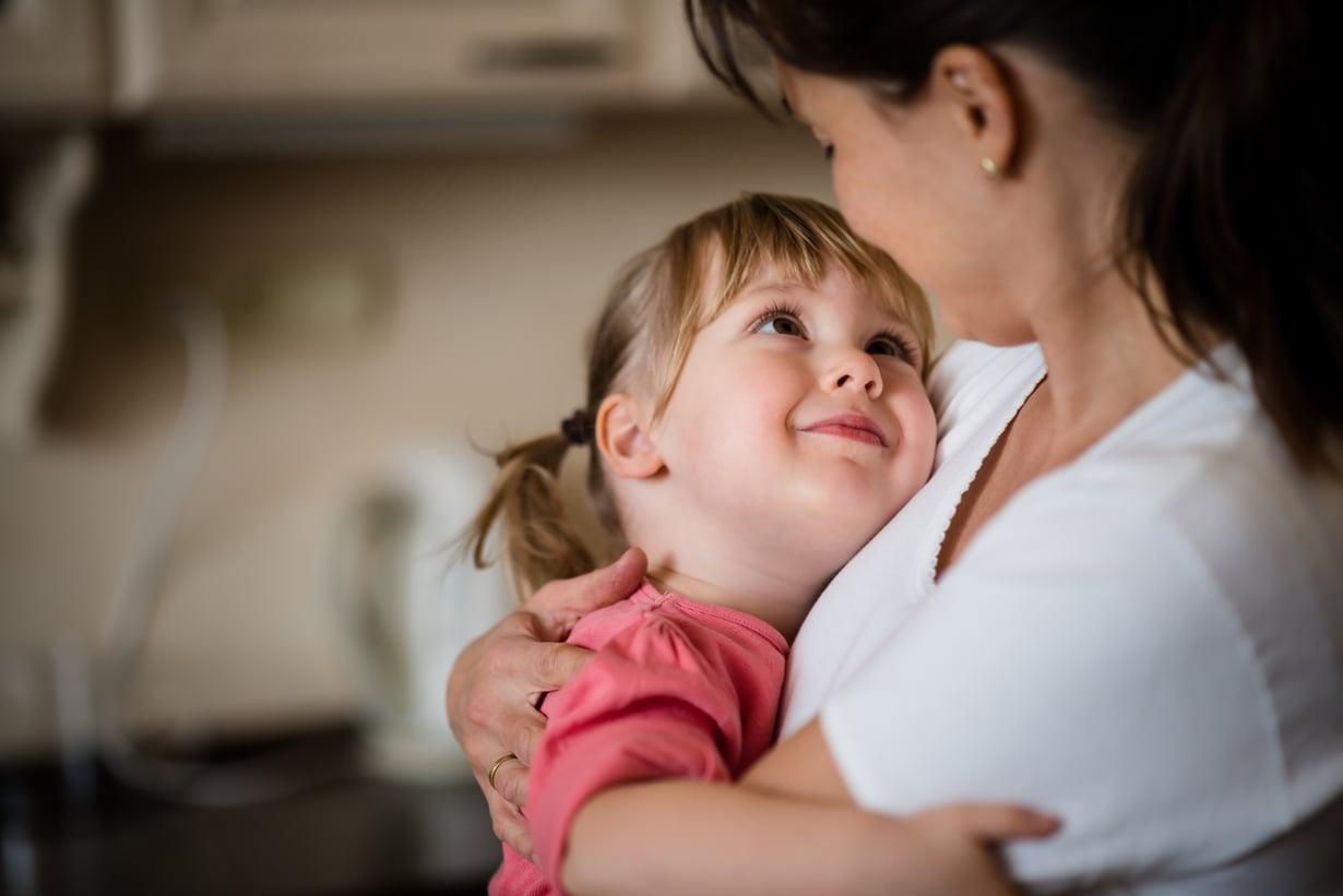 Äiti, olet paras. Jos lapsi on tottunut aina elämään yhden aikuisen kanssa, hän ei tarvitse isähahmoa ollakseen onnellinen. Kuva: iStockphotos