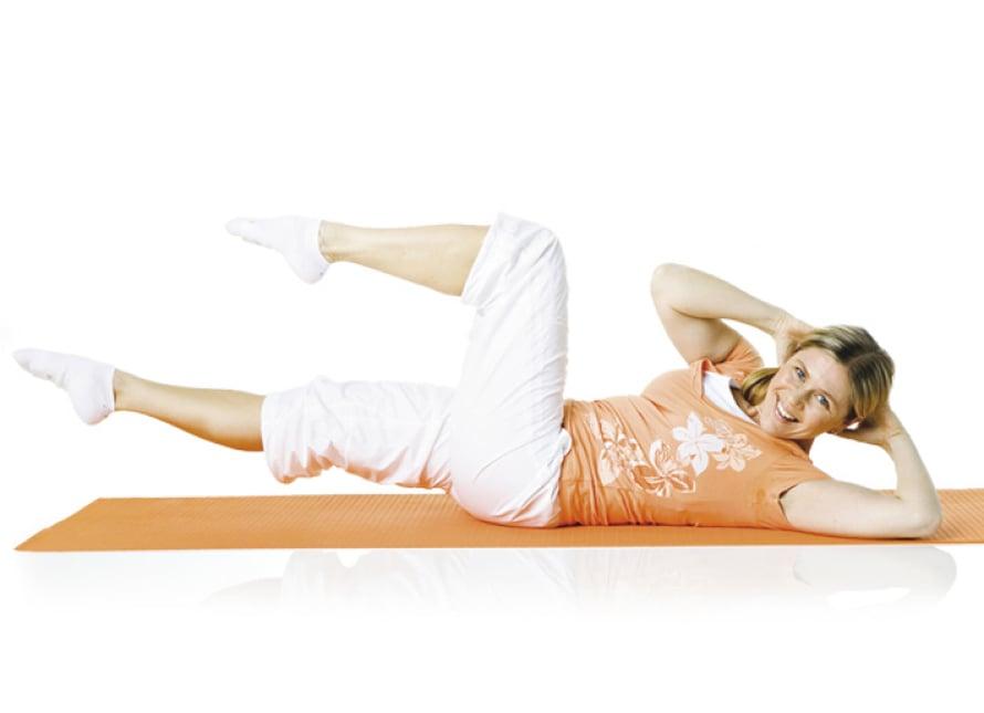5. Vartalon kierto: Ole selinmakuulla selkä neutraaliasennossa, polvet koholla 90 asteen kulmassa. Pää ja yläselkä ovat irti alustasta. Pidä kädet niskan takana niin, että kyynärpäät osoittavat sivuille. Hengitä ulos. Ojenna oikea jalka koholle etuviistoon ja kierrä samalla ylävartaloa vasemmalle. Lantio pysyy paikoillaan, niska pitkänä ja olkapäät alhaalla. Hengitä sisään ja palaa alkuasentoon. Hengitä ulos ja tee toinen puoli. Toista 8–10 kertaa.  Liike harjoittaa vinoja vatsalihaksia ja yläselän kiertoa sekä vakauttaa lantiota.