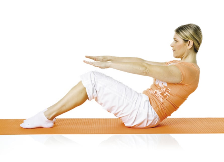 4. Selän rullaus: Istu polvet koukussa selkä suorana. Nosta kädet eteen. Liu'uta lapoja alas kohti vyötäröä. Hengitä ulos. Jännitä lantionpohjan lihakset ja vatsa. Pyöristä alaselkää ja rullaa selkää nikama nikamalta jarruttaen alas, kunnes lapojen alkakärjet osuvat alustaan. Hengitä sisään ja rullaa selkä nikama nikamalta alkuasenteen. Toista 8–10 kertaa.  Liike harjoittaa suoraa ja vinoja vatsalihaksia sekä parantaa alaselän liikkuvuutta.