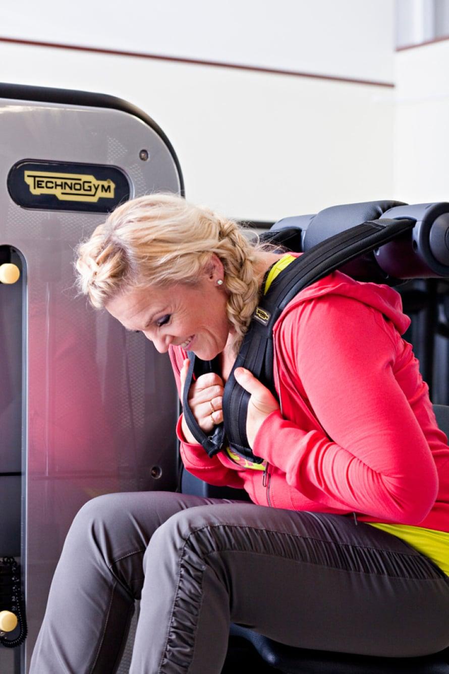 3. VATSALIHAKSET Vatsalaite: Säädä penkki sopivalle korkeudelle. Aseta hartiatuet paikoilleen. Rutista vatsaa kumartumalla eteenpäin vatsalihaksia tehokkaasti käyttäen. Päästä rauhallisesti takaisin. Muista: Hengitä kumartuessa ulos ja ylösnoustessa sisään. Käy se näinkin! Vastaavan vatsaliikkeen voit tehdä myös vatsapenkillä tai jumppapallolla.