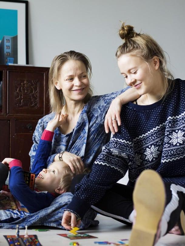 """Teini ja sen veli.  Uunon ja Ellan ison ikäeron ansiosta Sanna Majuri on elänyt äitiyttä  kahtena erilaisena aikana. Kuva: <span class=""""photographer"""">Milka Alanen</span>"""