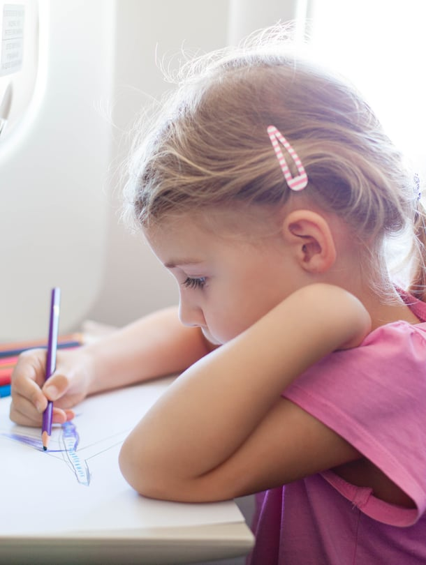 Joskus korvakipuun voi auttaa se, että lapsi saa muuta ajateltavaa. Varaa mukaan vaikka värityskirja, tai jokin muu mielekäs puuha.