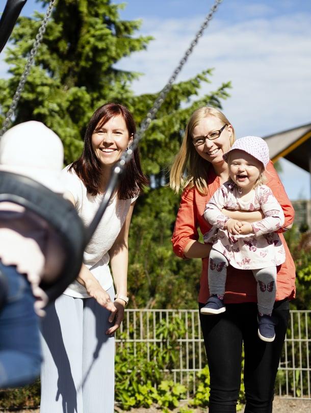 """Kairi (vas.) ja Laura tapaavat usein puistossa. Lasten leikkiessä ehtii jutella vaikka kasvatushaasteista. Kuva: <span class=""""photographer"""">Heli Blåfield</span>"""