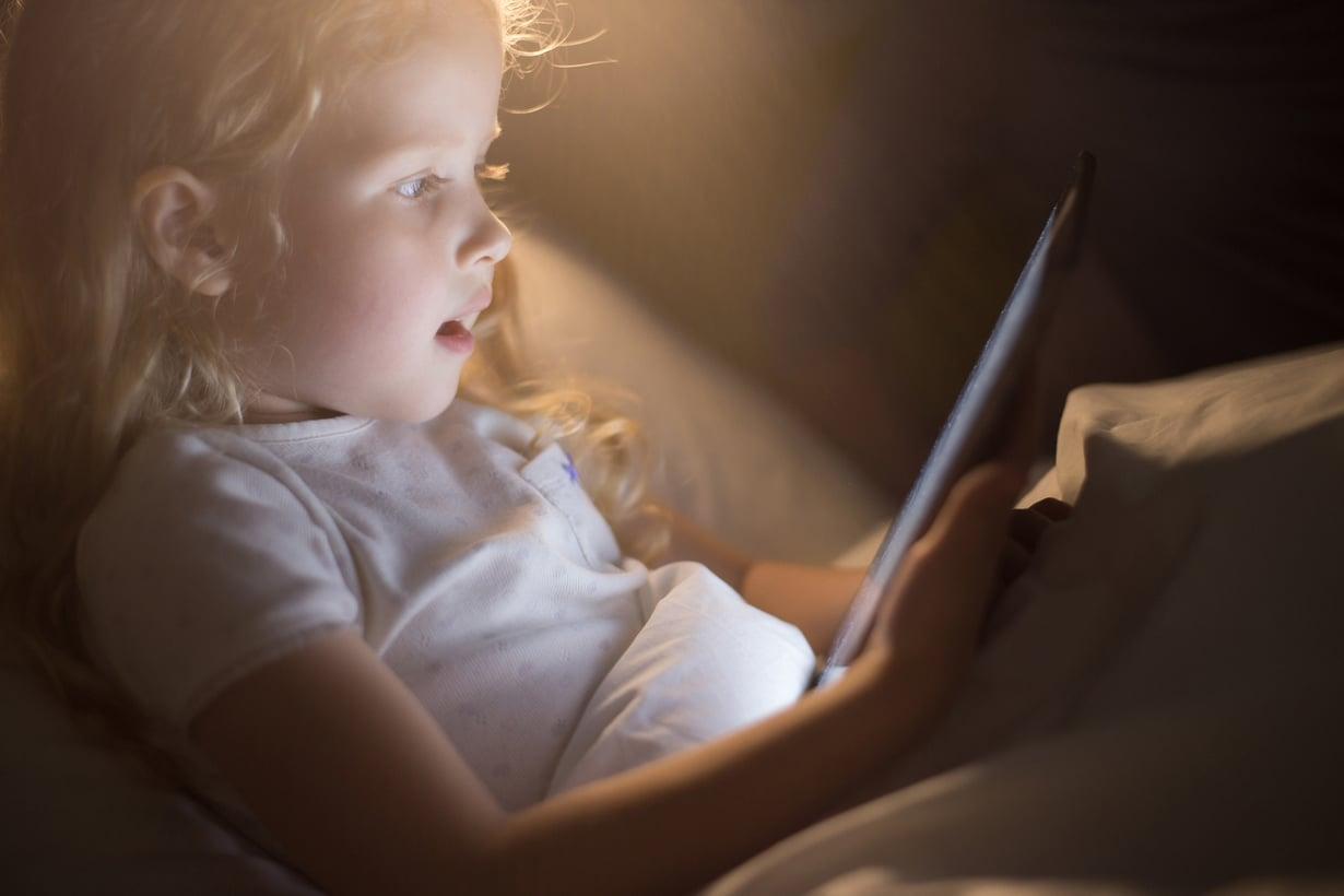 Tabletin parissa vierähtää helposti tunti jos toinenkin. Uuden tutkimuksen mukaan yli tunti ruutuaikaa päivässä voi jo vaikuttaa haitallisesti lapsen keskittymiskykyyn. Kuva: iStockphoto