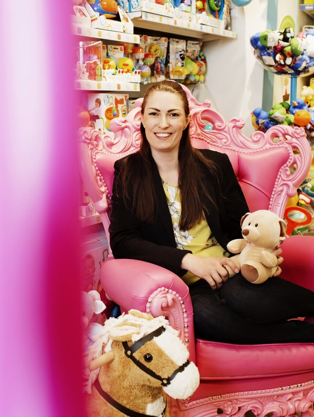 """Anja Merenkivi yrittää kiertää leluosastot kaukaa vapaa-ajallaan. SIlti hänen ostoskoriinsa saattaa päätyä epäilyttävän näköinen lelu vaikka ruokaostoksilla. Kuva: <span class=""""photographer"""">Milka Alanen</span>"""