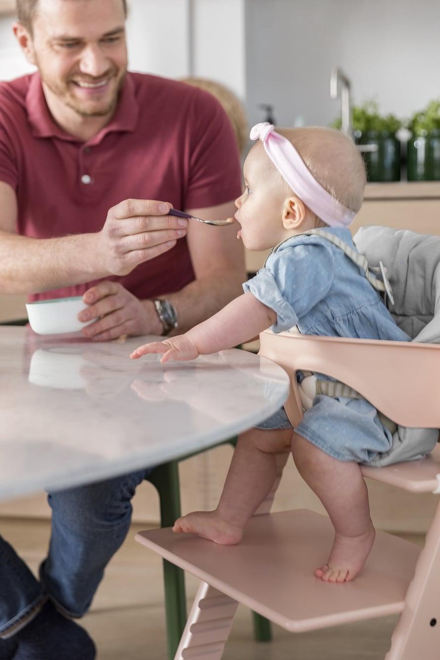 Etenkin selkänoja ja jalkatuki vaikuttavat siihen, miten hyvässä asennossa lapsi pystyy istumaan syöttötuolissa.