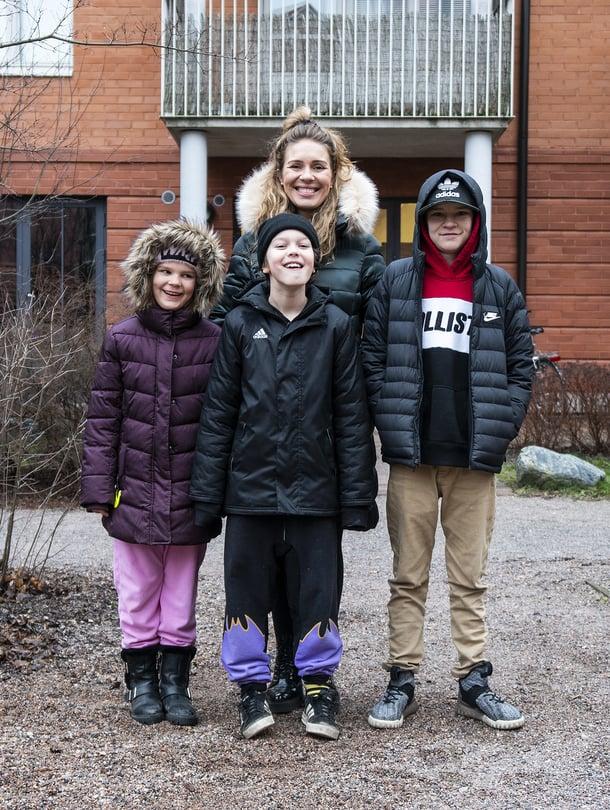 """Nelihenkisen perheen vuorovaikutus on kateissa, sillä arkea hallitsevat älylaitteet. Kuva: <span class=""""photographer"""">AVA</span>"""