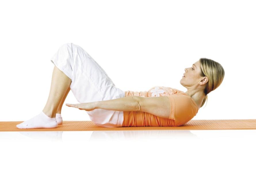 2. Ylävartalon nosto: Ole selinmakuulla selkä neutraaliasennossa. Polvet ovat koukussa lantion leveydellä, jalkapohjat tukevasti alustassa. Käsivarret pysyvät suorina vartalon vieressä, olkapäät alhaalla ja niska pitkänä. Hengitä ulos. Tiivistä vatsa ja nosta yläselkä ylös sitä pyöristäen. Nosta samalla käsivarret irti alustasta ja kurkota eteenpäin. Hengitä sisään ja laskeudu alas. Toista 5–10 kertaa.  Liike harjoittaa suoraa vatsalihasta, syviä vinoja vatsalihaksia ja syvää poikittaista vatsalihasta, vakauttaa lantiota ja parantaa yläselän liikkuvuutta.