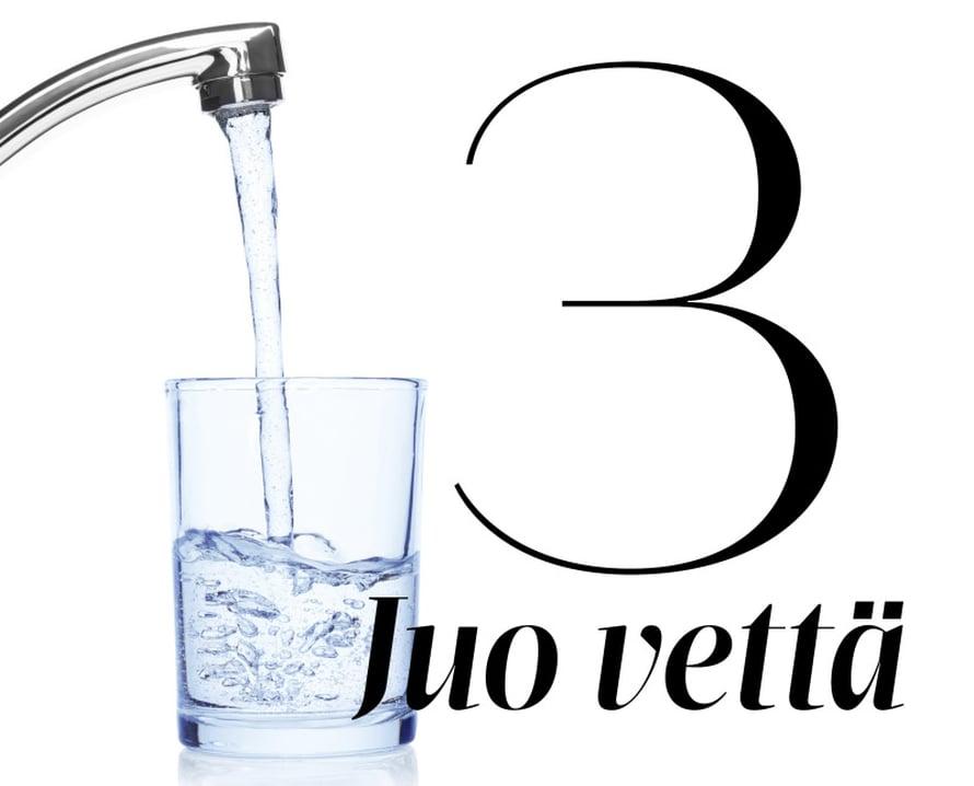 Vesi pehmittää ulostemassaa. Jos vettä on suolessa liian vähän, ulostekin on kovaa ja vaikeasti etenevää. Terve aikuinen tarvitsee puolestatoista kahteen ja puoleen litraan nestettä päivässä. Tästä noin litra tai puolitoista olisi hyvä juoda vetenä. Loput pitäisi saada ravinnosta esimerkiksi kasvisten mukana.Päivä kannattaa aloittaa juomalla lasi vettä heti heräämisen jälkeen. Sen jälkeen vettä kannattaa juoda usein päivän mittaan. Varastoon juominen ei yleensä auta, sillä elimistö hyödyntää juotua vettä vain senhetkisen tarpeen mukaan.