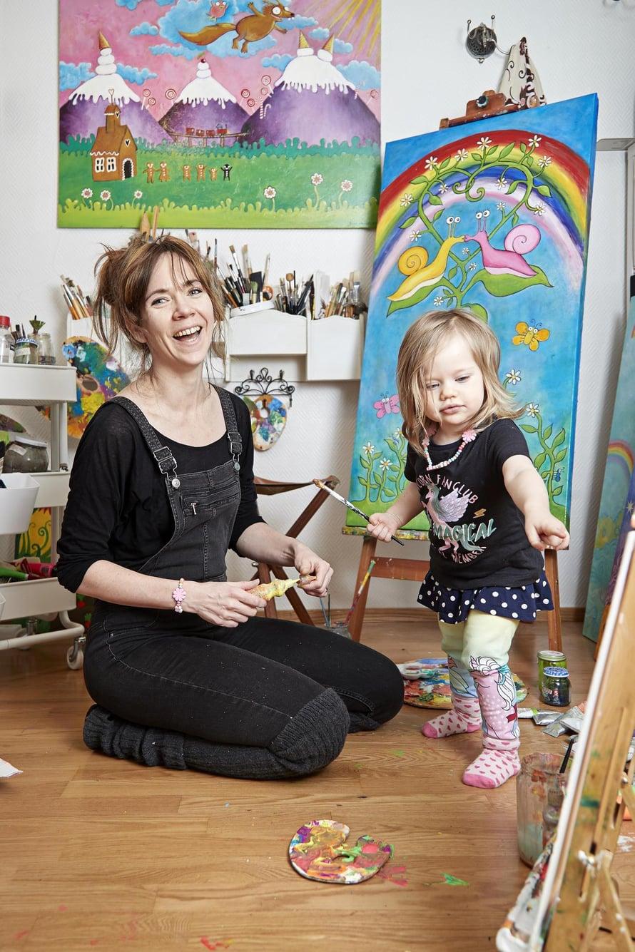 """Ilo jakoon.   Johanna haluaa, että väreistä pääsevät nauttimaan muutkin kuin Ninja. Johannan ensimmäinen lastenkirja Ossi Orava ja maailman suurin käpy julkaistiin alkuvuodesta. Kuva: <span class=""""photographer"""">Juha Salminen</span>"""