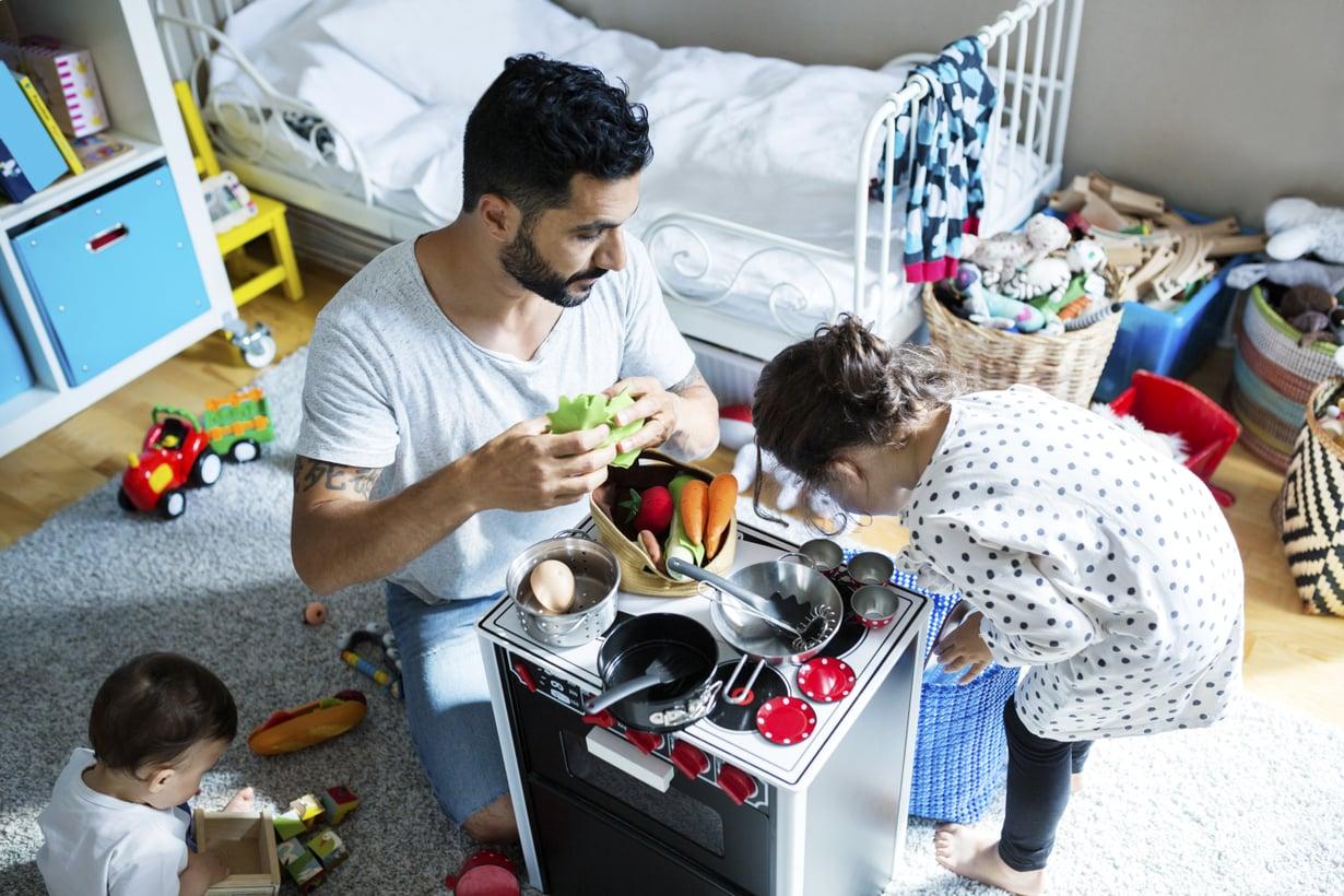 """""""Syömään!"""" Arjesta tutut asiat, kuten ruuan laittaminen leikkikeittiössä, innostavat lasta monissa kehitysvaiheissa. Kuva: iStock"""