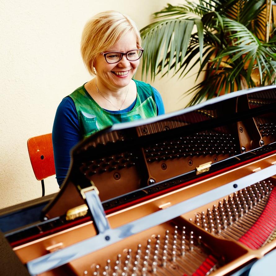 Pianon soittaminen irrottaa työasioista. Aivoille se on luonnonmukaista muisti- ja keskittymislääkettä, Minna Huotilainen sanoo.