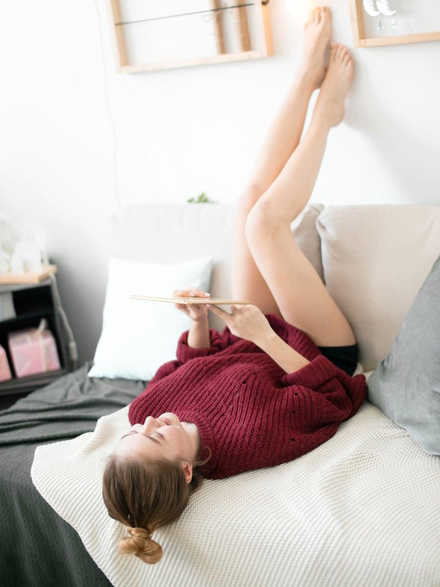 Jos jalat turpoavat pitkän paikallaanolon jälkeen, vilkastuta verenkiertoa lähtemällä kävelylle tai nostamalla jalat reilusti koholle.