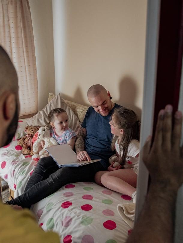 Vielä kouluikäisillekin olisi hyvä lukea ääneen ainakin 15 minuuttia päivässä, sillä se kehittää lasten sanavarastoa ja keskittymiskykyä.