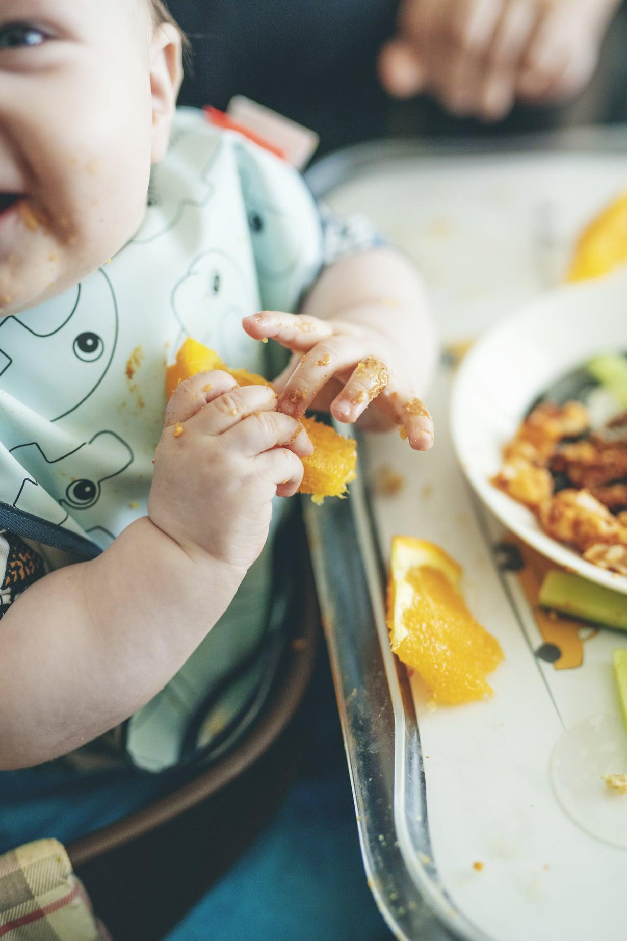 Lapsen saa maistamaanrohkeasti kannustamalla jahyväksymällä myös sen, ettäkaikkien ei tarvitse tykätä kaikesta, Nikon äiti Tiia sanoo.