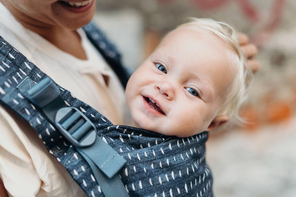 Kantovälineen on tärkeä tukea lapsen niskaa ja selkää. Kuva: Boba