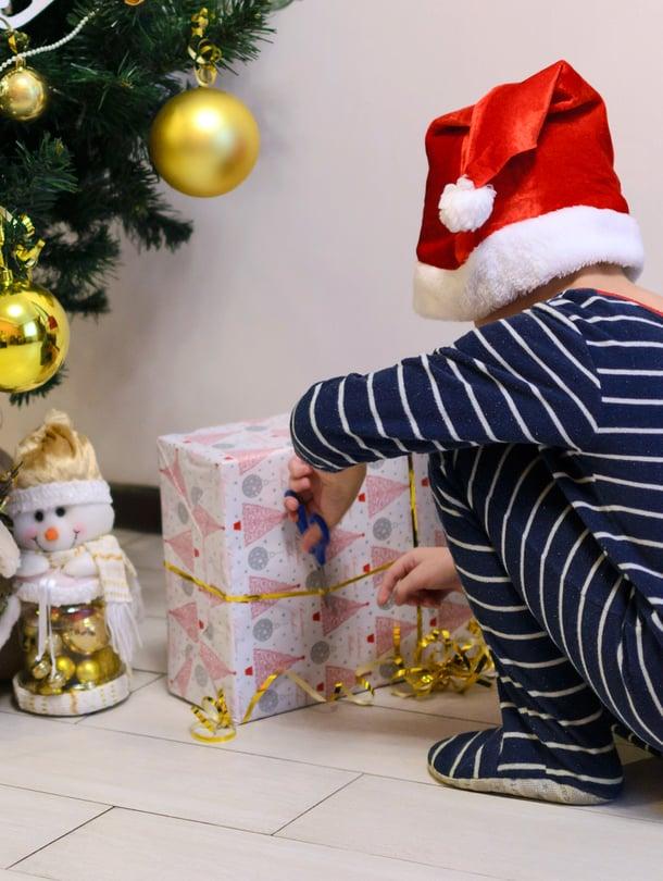 """Olenko nyt ollut kiltti? Lastenpsykiatri kehottaa miettimään, onko uhkailu lahjattomalla joululla paras tapa opettaa lapselle riitojen ratkomista. Kuva: <span class=""""photographer"""">iStockphotos</span>"""