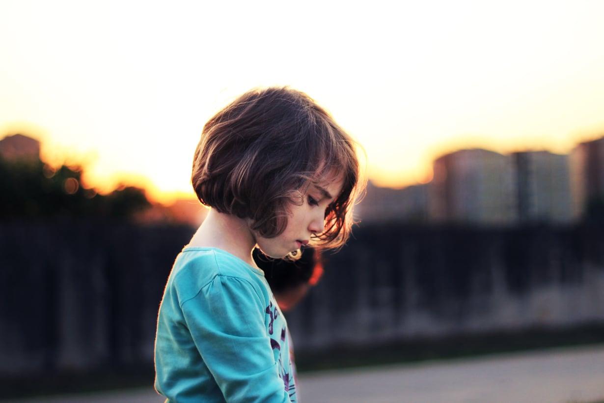 Jos tyttö oppii hyvällä käytöksellä ja nöyryydellä ostamaan vanhempiensa hyväksynnän, se jatkuu usein vielä aikuisenakin. Kuva: iStockphoto