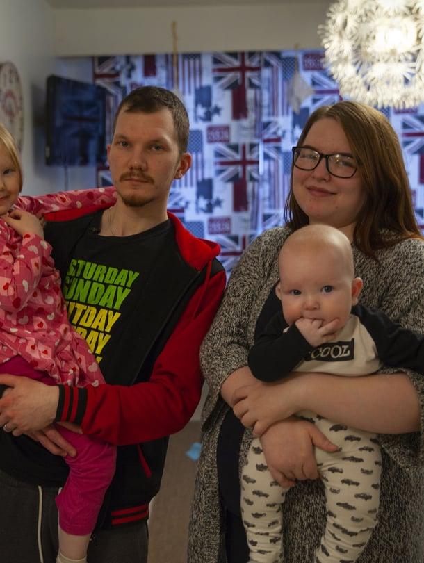 """Viisi Toisenlaiset teiniäidit -ohjelmassa nähtyä äitiä palaa kertomaan, mitä heille kuuluu nyt. Yksi äideistä on 21-vuotias Petra, jolla on aviomiehensä Tatun kanssa kaksi lasta. Kuva: <span class=""""photographer"""">Nelonen Media</span>"""