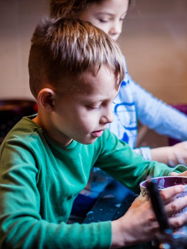 """Miksi pojilta odotetaan vähemmän osallistumista kotitöihin? Kuva: <span class=""""photographer"""">iStockphoto</span>"""